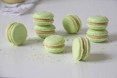 Lækker, fin, elegant, sød og frisk macaron med lime og hvid chokolade. Sidste uges opskrift på lime curd blev delvist brugt til denne franske skønhed.