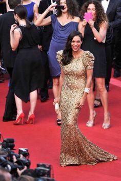 Rosario Dawson in abito dorato a Cannes