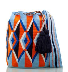 Exclusive SUSU Accessories collection Cross-body BUCKET Bags, handknitted by the most talented artisans of the Wayuu ethnicity in Colombia. Crochet Handbags, Tapestry Crochet, Cool Sweaters, Hand Knitting, Hand Weaving, Shoulder Bag, Purses, Fair Trade, Tote Bags
