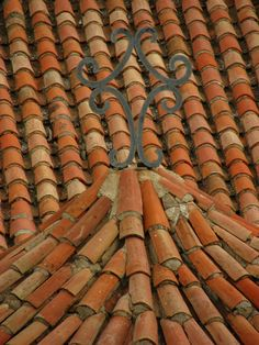 Cross and roof tiles Solar Tiles, Wattle And Daub, Old Technology, Tuile, Roof Tiles, Roofing Materials, Decoration, Solar Panels, Slate