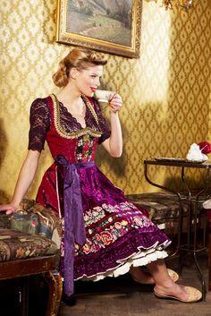 Dirndl Marie mit Stickereieinsätzen, Spitzenbluse Graz und Patchschürze 3100.-Eur