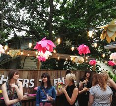Paper Flowers DIY - Love this decor for a backyard party