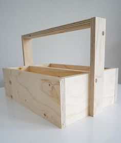 magazinebakje wordt bestekbak voor buiten. Mat zwart geschilderd met krijtbordverf. Tool Box Diy, Woodworking Projects, Diy Projects, Organizer, Phone Holder, Plywood, Storage Chest, Magazine Rack, Diy And Crafts