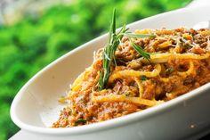 Imádom a bolognai spagettit, úgyhogy nagyon sokszor készítem. Az évek során rengeteg recepttel kísérleteztem már, de a legjobban nagybátyám zöldséges bolognai szósza jött be. Azóta minden alkalommal ezt készítem el, és aki megkóstolja, az elkéri a receptet.  A spagetti szinte… Rigatoni, Penne, Pasta, Bologna, Ethnic Recipes, Food, Essen, Meals, Yemek