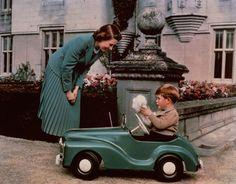 Sommer 1952: Queen Elizabeth spielt mit ihrem ältesten Sohn Prinz Charles auf Balmoral. Das Königskind hat ein eigenes Spielzeugauto.