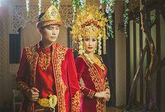 Traditional clothing Palembang Sumatra island of Indonesia Wedding Hijab, Wedding Poses, Wedding Photoshoot, Wedding Attire, Wedding Ideas, Traditional Wedding, Traditional Dresses, Muslim Nikah, Foto Wedding