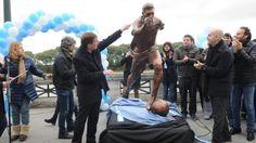 Develan una estatua de Messi