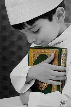"""Sure 13, Vers 2  """"Allah ist es, Der die Himmel ohne Stützen, die ihr sehen könnt, emporgehoben und Sich hierauf über den Thron erhoben hat. Er hat die Sonne und den Mond dienstbar gemacht - jedes läuft auf eine festgesetzte Frist zu. Er regelt die Angelegenheit, er legt die Zeichen ausführlich dar, auf daß ihr von der Begegnung mit eurem Herrn überzeugt seiet."""""""