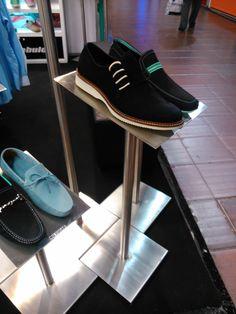Zapatos de hombre con diseño, le da un toque de moda al vestir. Bag Men, Shoes Men, Vans Authentic, Men's Fashion, Sneakers, Bags, Ideas, Display Stands, Moda Masculina