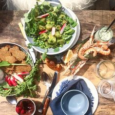Thank you for today @mettehelbak @linethitklein @apless  #photoshoot #lunch #food #simplefood #springfood #summer #sun #picnic #nicework #foodstyling #magazine #greens #simplemessymoodfood by ceciliesofiesvensson