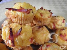 Vyzkoušejte recept na slané muffiny se sýrem a slaninou, které výborně chutnají s pikantními omáčkami. Můžeme je podávat  i jako přílohu k zeleninovým salátům. Sweet Bar, Snack Recipes, Snacks, Bon Appetit, Baked Potato, Potato Salad, Muffins, Food And Drink, Appetizers