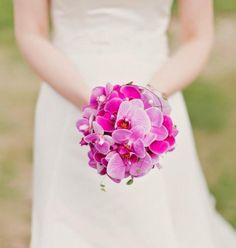 bouquet de mariée rond d'orchidées rose fuchsia