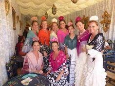 Grupo de niñas de Siempre Así y familia con mantones y complementos B&T