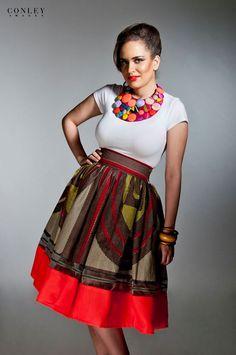 A l'origine de la marque Kaela Kay, la styliste Catherine Addai. Catherine maîtrise l'art de mixer le pagne avec d'autres textiles et imprimés. Son leitmotiv est de créer des vêtements qu'elle pourrait elle-même porter dans son quotidien. Les pièces Kaela Kay sont ainsi des vêtements modernes avec une touche d'authenticité. Pagnifik apprécie particulièrement les pièces ...