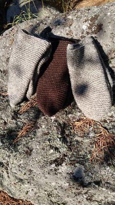 Tre par virkade vantar i Kallax ull. Det blir någon typ av dekoration på så småningom.