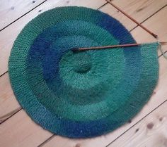 Ravelry: Knitting a Centre-Outwards Spiral pattern by Elizabeth Jarvis. Similar concept as Frankie Brown's 10 stitch wonders Knitted Centre-Outwards Spiral pattern by Elizabeth Jarvis. With this sort of ombre wool, this looks very cool. Loom Knitting, Knitting Stitches, Knitting Needles, Free Knitting, Knitting Patterns, Crochet Patterns, Knitting Ideas, Yarn Projects, Knitting Projects