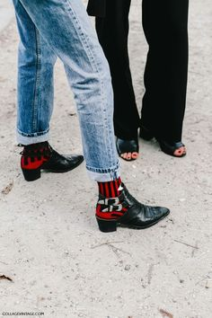 Boots outfit The Accessory Every Fashion Girl Will Purchase This Month Westernstiefel + Socken mit Grafikdruck Socks Outfit, Street Style Outfits, Look Vintage, Grunge Style, Western Boots, Red Cowboy Boots, Cowboy Shoes, Mode Inspiration, Mode Style