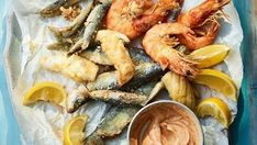 Mixed fried seafood with spicy lemon mayonnaise Mayonnaise Recipe, Homemade Mayonnaise, Seafood Salad, Fish And Seafood, Fish Dishes, Pasta Dishes, Fish Platter, Roasting Tins