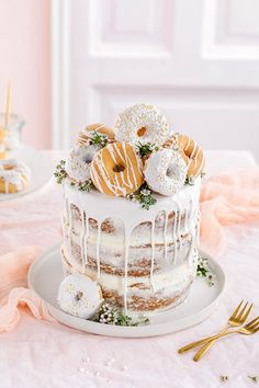 Donut cake without baking! Perfect as a birthday cake or wedding cake. More on our online magazine www. Donut Wedding Cake, Wedding Donuts, Pretty Birthday Cakes, Pretty Cakes, Bolo Macaron, Bolo Tumblr, Donut Decorations, Salty Cake, Crazy Cakes