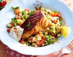 Weil sich knuspriger Fisch und erfrischende Jogurt-Tahin-Soße ohne Hemmungen ins bunte Salattreiben stürzen