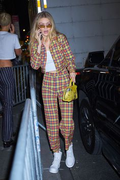 Gigi Hadid, the beautiful model of catwalks, prefers simple and shabby dressing in her daily life. Looks Gigi Hadid, Gigi Hadid Style, Mode Outfits, Casual Outfits, Fashion Outfits, Fashion Week, Look Fashion, Estilo Gigi Hadid, Gigi Hadid Outfits