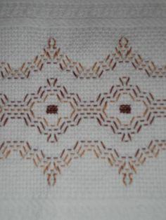 ponto joguslavo - Bing Resimler Huck Towels, Swedish Weaving Patterns, Swedish Embroidery, Monks Cloth, Felted Wool Crafts, Bargello, Wool Felt, Needlework, Diy And Crafts