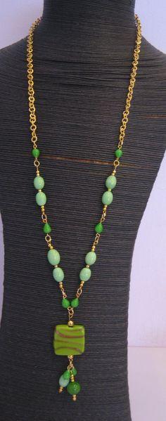 Collar con cadena en color oro combinado con abalorios en tonos verde.