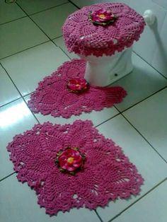 ideas for crochet seat toilet cover Crochet Home, Knit Or Crochet, Crochet Crafts, Crochet Doilies, Crochet Flowers, Crochet Projects, Holiday Crochet, Crochet Stitches Patterns, Loom Knitting