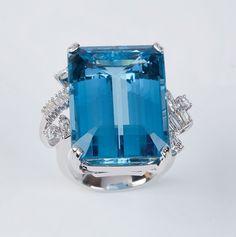 Anel de platina e 32,03ct de água-marinha, com 0,80ct de diamantes e 17,4g. Medida 17.