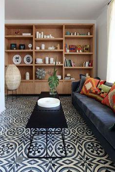 Salon vintage et ethnique au sol habillé de carreaux de ciment. Plus de photos sur Côté Maison http://petitlien.fr/7rj8