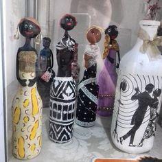 Boneca feita em garrafa de vidro long neck.  Braços e cabeça em biscuit. Aplicação de papel guardanapo, tecido, contas, flores, argolas e meia perola, acabamento verniz brilhante.