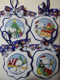 xs snoopy ornaments Cross Stitch Love, Cross Stitch Designs, Cross Stitch Patterns, Crochet Patterns, Snoopy Christmas, Christmas Cartoons, Christmas Cross, Christmas Cartoon Characters, Free Charts