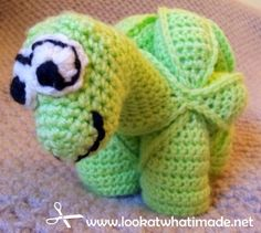 This Crochet Dinosaur Puzzle is perfect for little hands and minds (and big ones as well, for that matter). Similar to Crochet Amish Puzzle Ball Pattern. Crochet Ball, Crochet Baby Toys, Cute Crochet, Crochet For Kids, Crochet Crafts, Yarn Crafts, Crochet Projects, Crochet Turtle, Crochet Octopus