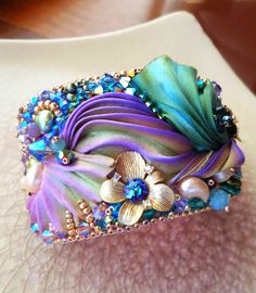 de Cor's Handmade Jewelry: Step By Step Shibori Cuff #Tutorial by Serena Di Mercione Jewelry Soutache Jewelry, Bead Embroidery Jewelry, Silk Ribbon Embroidery, Ribbon Bracelets, Ribbon Jewelry, Jewelry Knots, Fabric Jewelry, Shibori, Armband
