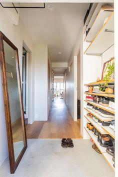 【EcoDecoスタッフ岡野の自邸リノベーション】フラットな玄関。モルタルとフローリングといった素材の違いでうまく境目をつけている。#玄関 #フラット #モルタル #フローリング #靴箱 #収納 #オープンラック #EcoDeco #エコデコ #インテリア #リノベーション #renovation #東京 #福岡 #福岡リノベーション #福岡設計事務所 Dream Houses, Interior, Home Decor, Dream Homes, Decoration Home, Indoor, Room Decor, Interiors, Home Interior Design