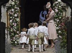 George e Charlotte insieme agli altri paggetti e damigelle arrivano nella chiesa di St. Mark, nel Berkshire, per accogliere la sposa. La pricipessa Kate chiede