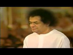 Sathya Sai Baba entra en la sala de su 71 cumpleaños y nos deja un mensaje.