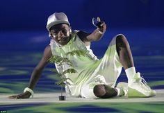 As celebridades também estavam fora no evento incluindo rapper brasileiro de 12 anos de id...