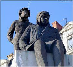 Une statue d'Antoine de Saint-Exupéry et du Petit Prince, œuvre de Christiane Guillaubey, est exposée sur la place Bellecour à Lyon, tout près de la maison où il est né, aujourd'hui Rue St-Exupéry