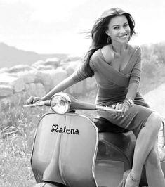 Sofia Vergara as a beautiful Vespa girl! Vespa Motor Scooters, Lambretta Scooter, Scooter Motorcycle, Vespa Girl, Scooter Girl, Mod Scooter, Lady Biker, Biker Girl, Motos Vespa