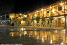Disfrute de un hotel en medio de dunas de arena de Ica.  Entre dunas de arena en el oasis de La Huacachina, está el Hotel El Huacachinero, donde se puede disfrutar del confort en pleno desierto de Ica, bañado por un abrazador sol y por los vientos de Paracas.