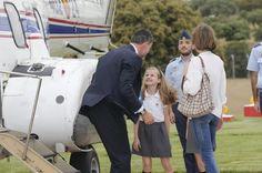 S.M. la Reina, la Princesa de Asturias y la Infanta Sofía –al término de la jornada escolar– reciben a S.M. el Rey a su regreso de Aquisgrán