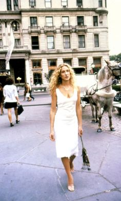 See Sex and the City's Carrie Bradshaw's (Sarah Jessica Parker) style from the early days of the hit HBO show in 1998 to the first and second Sex and the City movies. Carrie Bradshaw Estilo, Carrie Bradshaw Outfits, Carrie Bradshaw Shoes, Zara Fashion, 90s Fashion, Fashion Trends, City Fashion, Fashion Dresses, Fashion Tips
