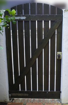 How to make wooden garden doors – Door Types Wooden Garden Gate, Garden Gates And Fencing, Wooden Gates, Garden Doors, Indoor Gates, Fence Doors, Diy Outdoor Furniture, Small Garden Design, Backyard Fences
