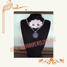 CCP-194 Conjunto colgante y pendientes realizado con esmalte color azul y adornos en blanco.