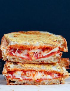 La version pizza : mozzarella et pepperoni.Une pizza dans un croque-monsieur ? Presque. Prenez votre pain, ajoutez un peu de ketchup, des...