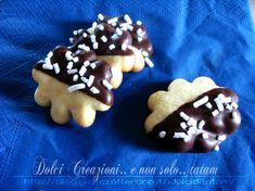 Nuvolette al cioccolato biscotti davvero deliziosi, semplici da preparare e ricoperti di cioccolato fondente decorati con granella di zucchero, saranno....