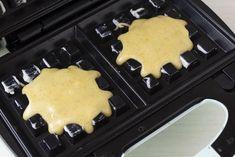 Oliate o imburrate la piastra per waffle, fatela riscaldare e versateci mezzo cucchiaio di impasto al centro. Fate cuocere i waffles per circa 2 minuti. Griddle Pan, Crepes, Food Pictures, Delish, Sweet Tooth, Muffin, Anna, Chiffon, Homemade