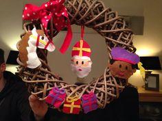 Sinterklaas krans gemaakt met vilt. Crafts For Kids, Diy Crafts, Decoration, December, Santa, Felt, Crafty, Christmas Ornaments, Halloween