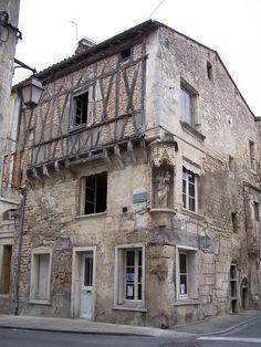 """Niort la maison de la Vierge, 16°s, qui devait devenir de 1619 à 1794 un relais de la Poste aux Chevaux. . - 2° voyage en Poitou 1675, Françoise à son frère Charles: """".. Il n'y a sortes d'honneurs que l'on ne m'ait fait à Niort, et M. l'Intendant me régala en passant par Poitiers. J'ai rapporté l'histoire de mon grand-père, c'est-à-dire sa Vie, et plusieurs papiers qui prouvent notre noblesse, s'il en est jamais besoin...""""."""